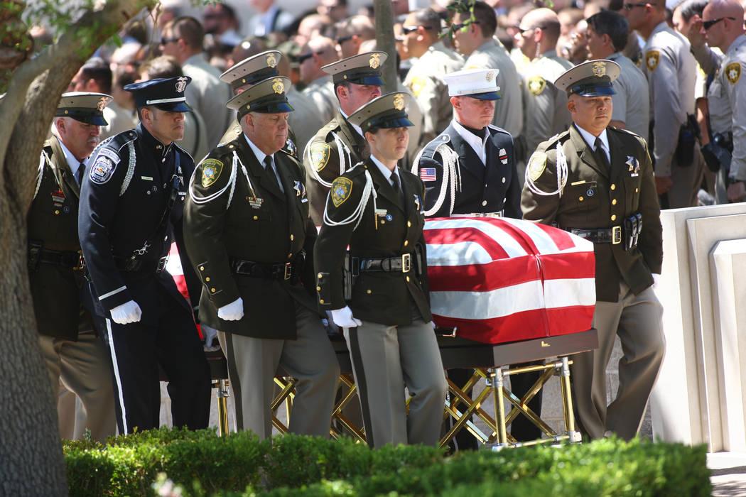 Oficiales de la guardia de honor escoltan el ataúd del policía caído de Las Vegas Alyn Beck ...