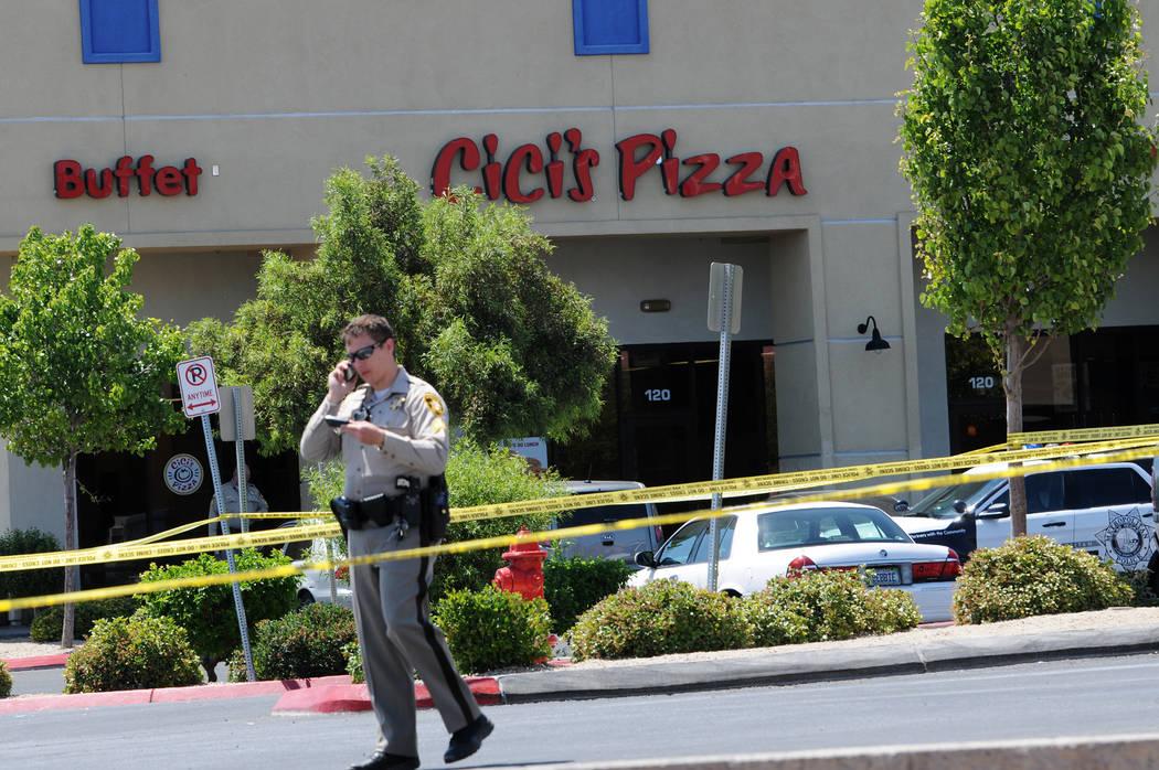 La escena en Cici's Pizza cerca de Nellis Boulevard y Stewart Avenue, donde dos policías de La ...