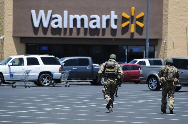 El 8 de junio de 2014, dos agentes de la policía de Las Vegas se apresuraron a llegar a un Wal ...