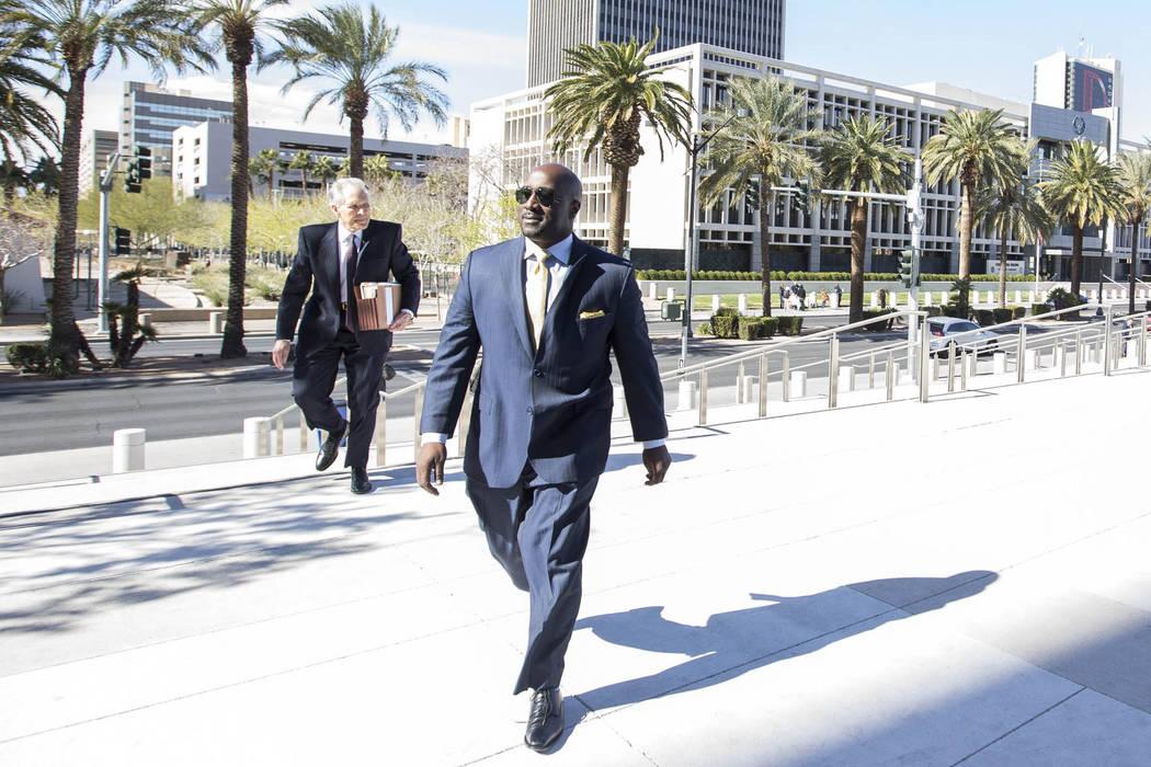 El ex concejal de la ciudad de Las Vegas, Ricki Barlow, se prepara para ingresar al palacio de ...