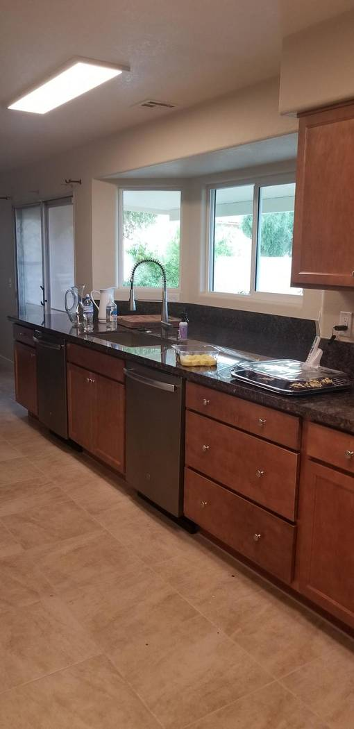 Esta foto de mayo de 2019 proporcionada por HomeAid del sur de Nevada muestra la cocina en Livi ...