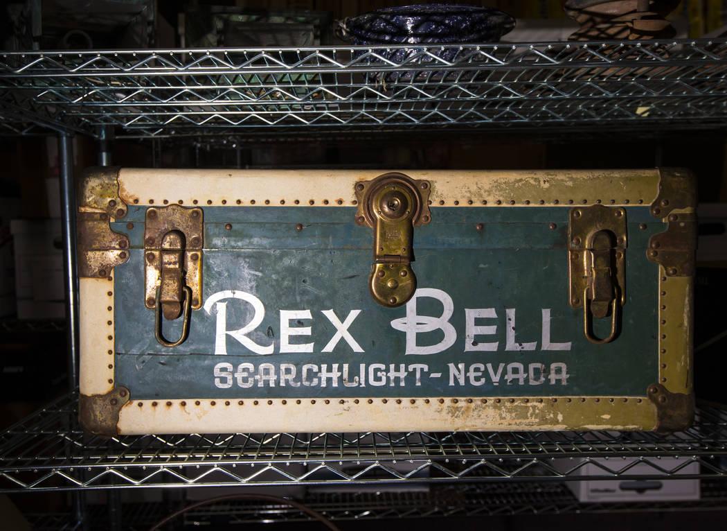 Un baúl con el nombre de Rex Bell, de Walking Box Ranch en Searchlight, en el campus Paradise ...