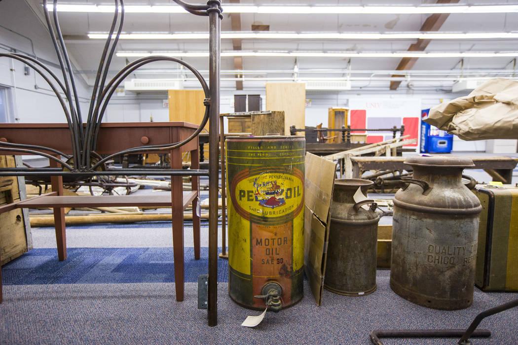 Una variedad de artefactos de Walking Box Ranch en Searchlight, en el campus Paradise de la UNL ...