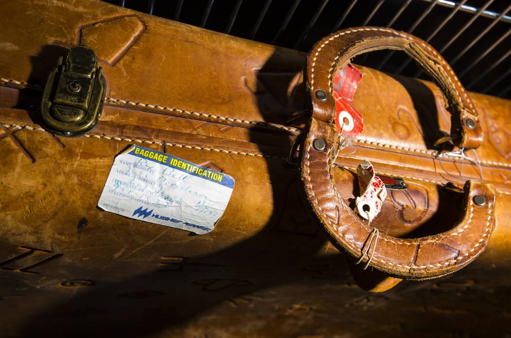Una maleta de cuero con una etiqueta de identificación manuscrita de Rex Bell se ve mientras s ...
