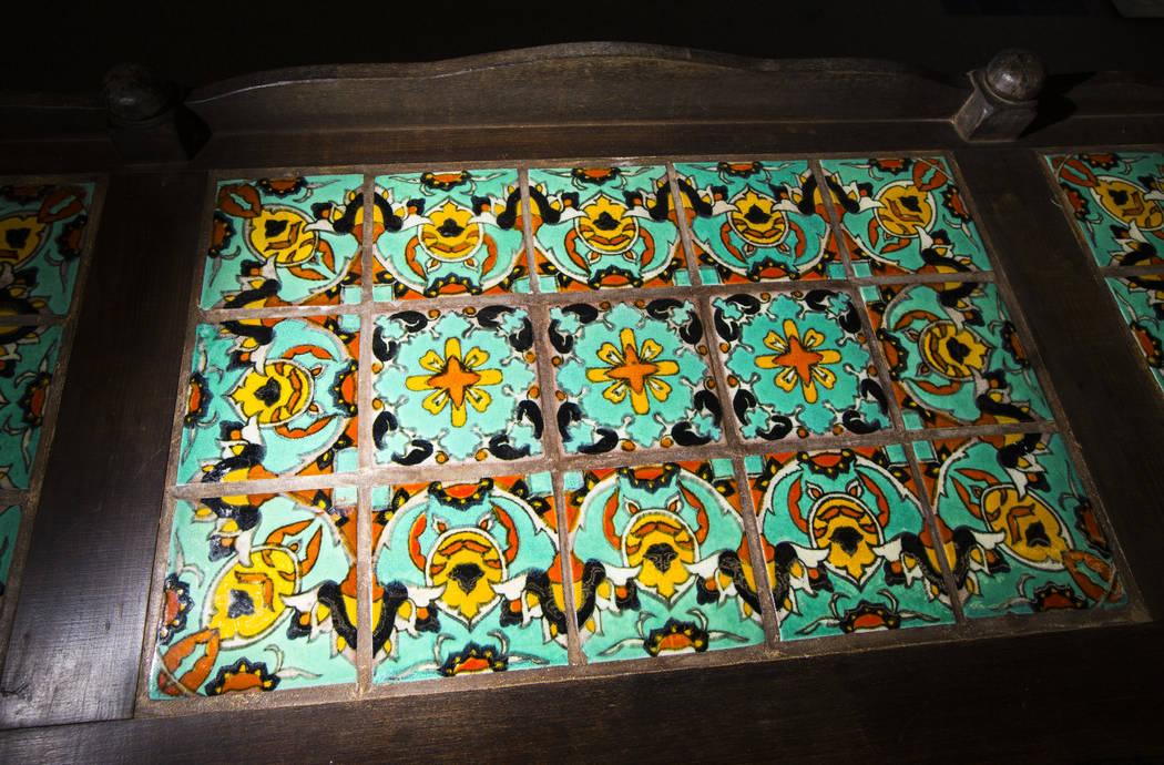 Detalles de azulejos en un estilo de misión credenza, de Walking Box Ranch en Searchlight, en ...