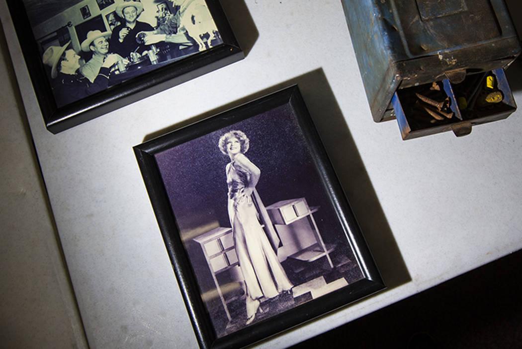 Una foto de Clara Bow se ve desde Walking Box Ranch, en Searchlight, en el campus Paradise de l ...