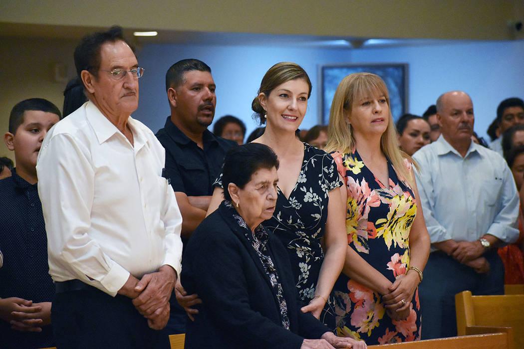 El sacerdote Miguel Corral agradeció el apoyo de su familia. En la foto, sus padres y dos de s ...