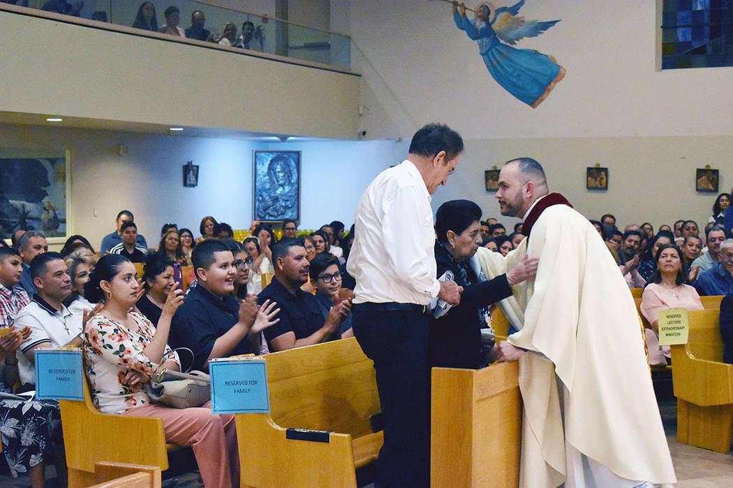 El sacerdote Miguel Corral agradeció el apoyo de su familia. En la foto, entrega a sus padres ...