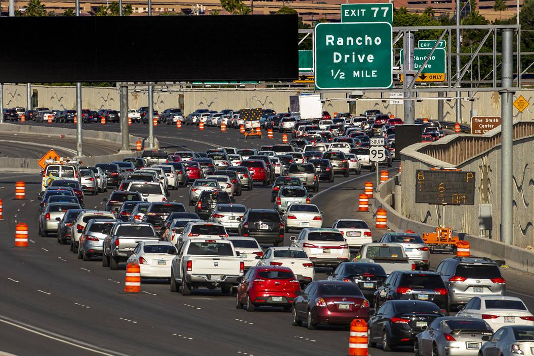 Los carriles de tránsito se reducen en la US 95 que se aproxima a Rancho Drive, ya que los esf ...
