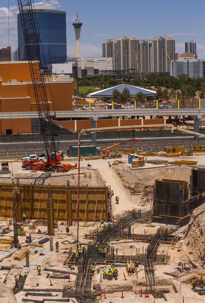 Los trabajadores de construcción ponen y vierten vigas de enlace para la MSG Sphere en su siti ...