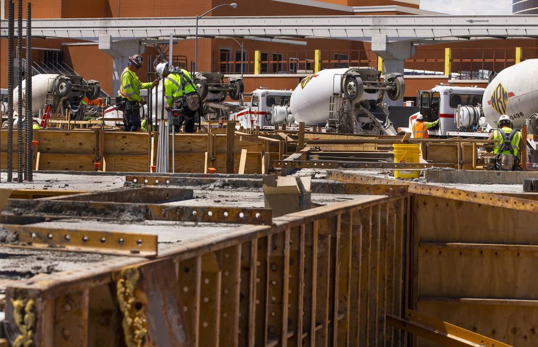 La construcción continúa a medida que se define la pared circular interior para la MSG Sphere ...