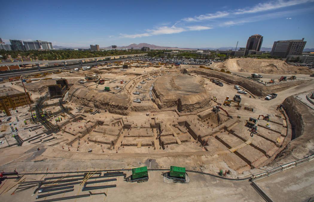 La construcción continúa en el sótano con pilotes en su lugar y el círculo definido para MS ...