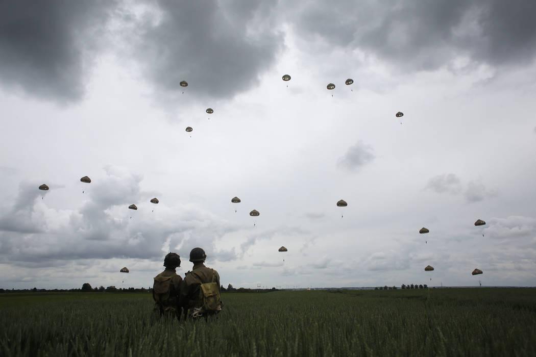 Los entusiastas de la Segunda Guerra Mundial miran a los paracaidistas franceses y británicos ...