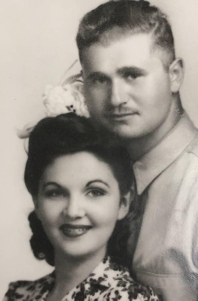 Esther y Burton Hartman (Penny y Bud) el día de su boda, el 9 de julio de 1942. Tres días des ...