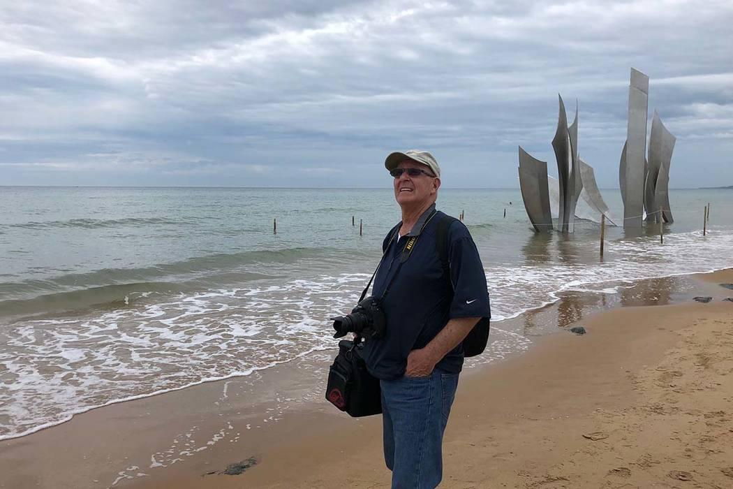 Barry Hartman, el 4 de junio de 2019, se para en la playa de Omaha, Normandía, Francia, 75 añ ...