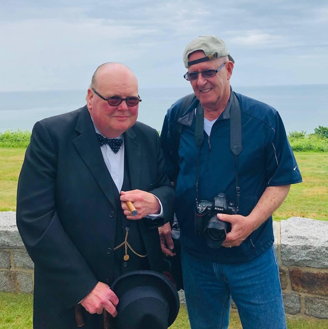 Barry Hartman, a la derecha, se encuentra con un imitador de Winston Churchill en la playa de O ...