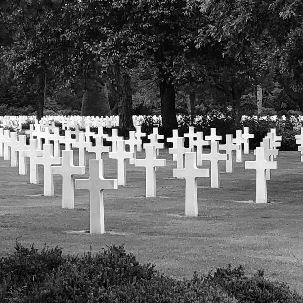 El cementerio estadounidense en la playa de Omaha, Normandía, Francia, 4 de junio de 2019. (Ba ...