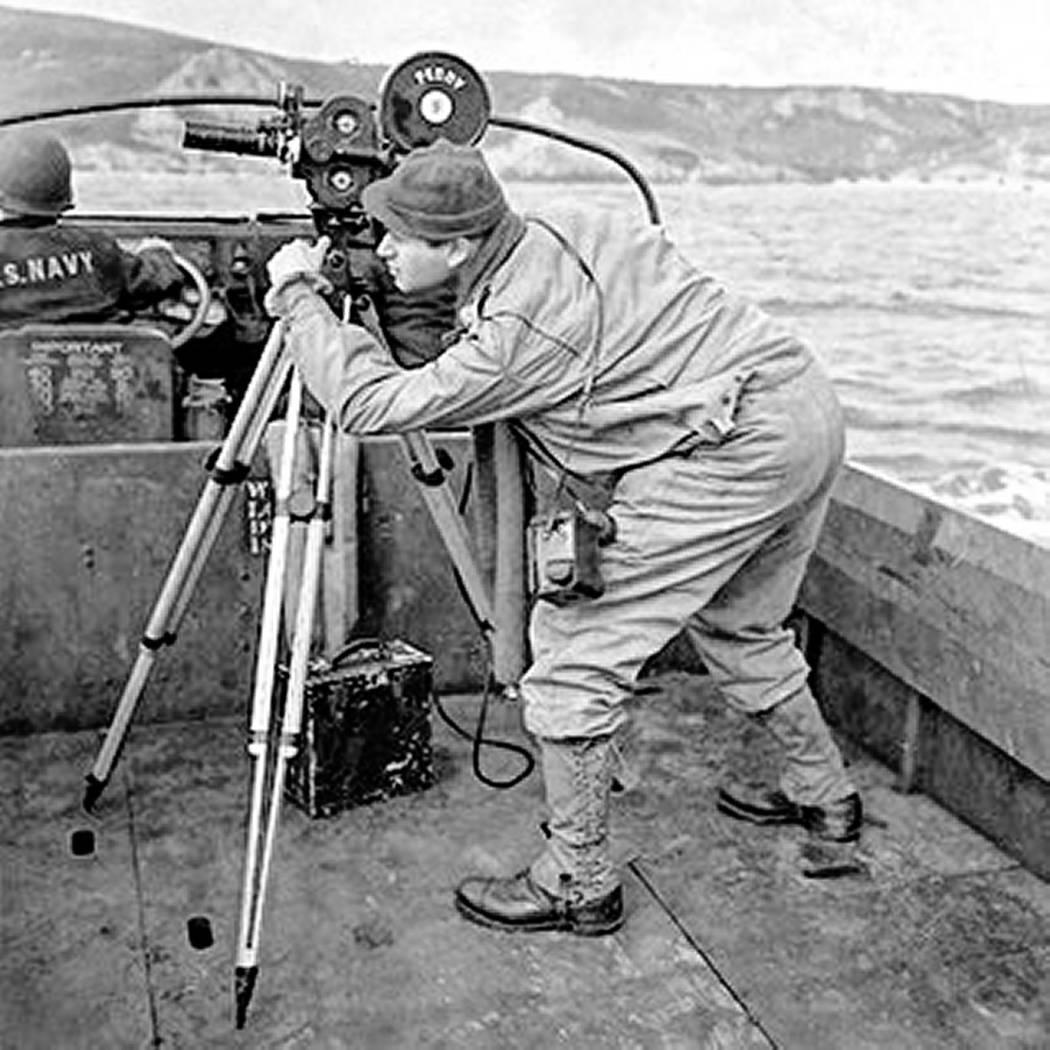 """El soldado y fotógrafo del ejército Burton """"Bud"""" Hartman y su cámara durante el Día D en la ..."""