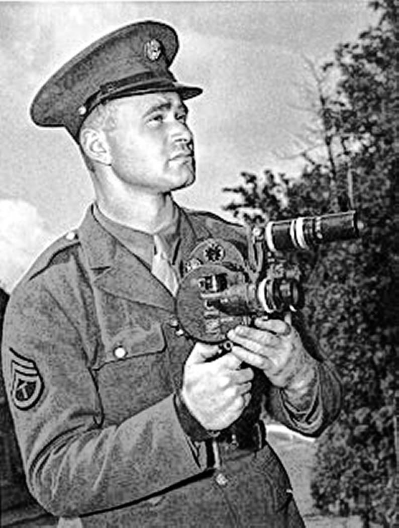 """Burton """"Bud"""" Hartman, soldado del ejército y fotógrafo en 1942. Se le acredita a Hartman por ..."""