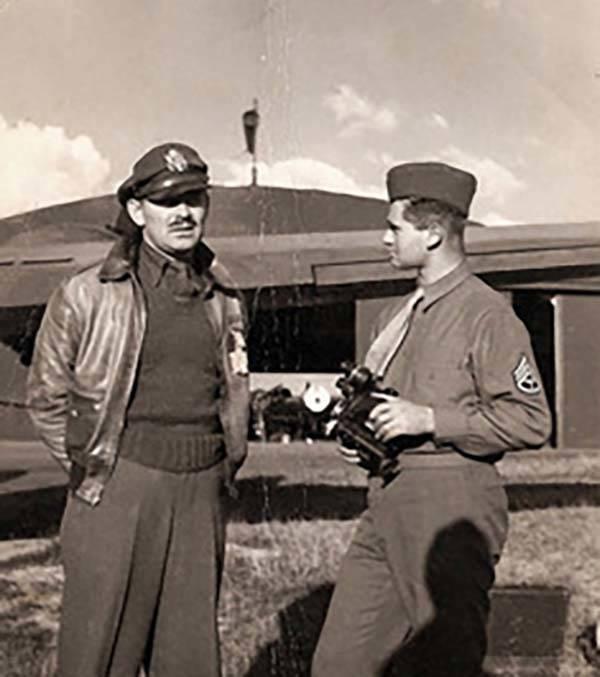 """El soldado del ejército Burton """"Bud"""" Hartman, a la derecha, habla con el actor Clark Gable en ..."""