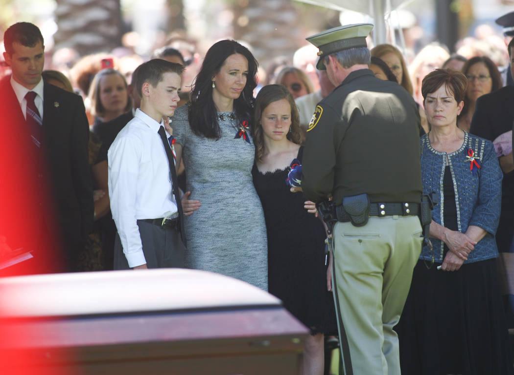 El alguacil Doug Gillespie, a la derecha, presenta una bandera a la familia del fallecido ofici ...
