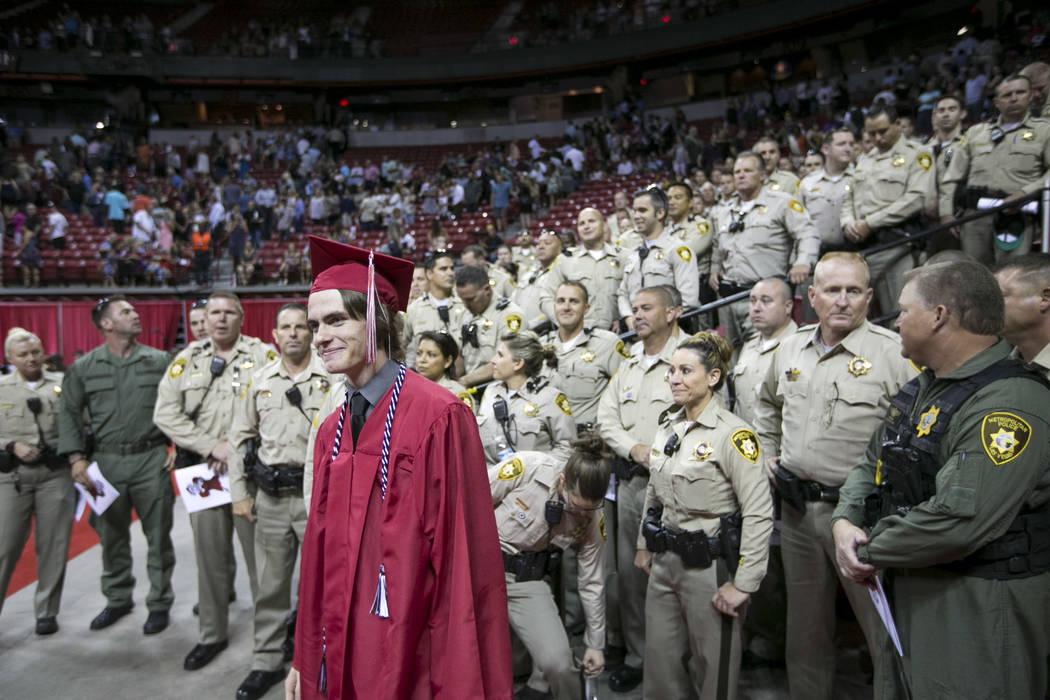 Daxton Beck, el hijo del asesinado oficial de policía de Las Vegas Alyn Beck, posa para fotos ...