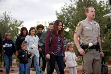 Nicole Beck, la viuda del oficial de policía de Las Vegas Alyn Beck, camina con su hija Katria ...