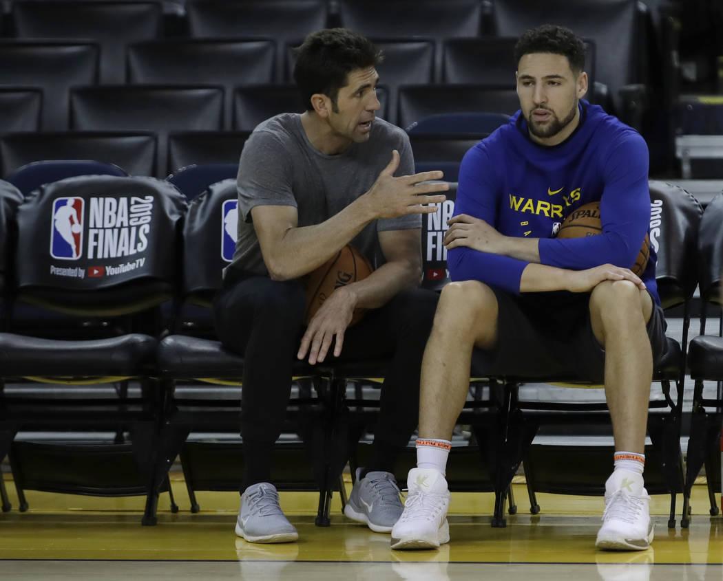 El gerente general de los Golden State Warriors, Bob Myers, a la izquierda, habla con Klay Thom ...