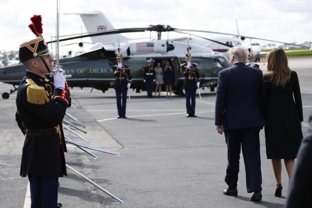El presidente Donald Trump, con la primera dama Melania Trump, llegan al aeropuerto de Caen el ...
