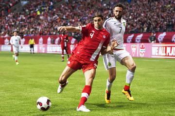 Archivo.- El canadiense Dejan Jaković (4) disputa el balón con el mexicano Miguel Layún (7) ...