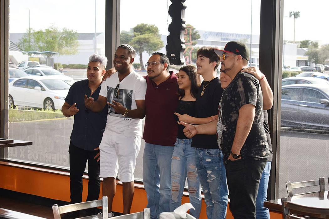 El grupo demostró que tiene mucho arraigo en Las Vegas. Decenas acudieron a saludarlos antes d ...