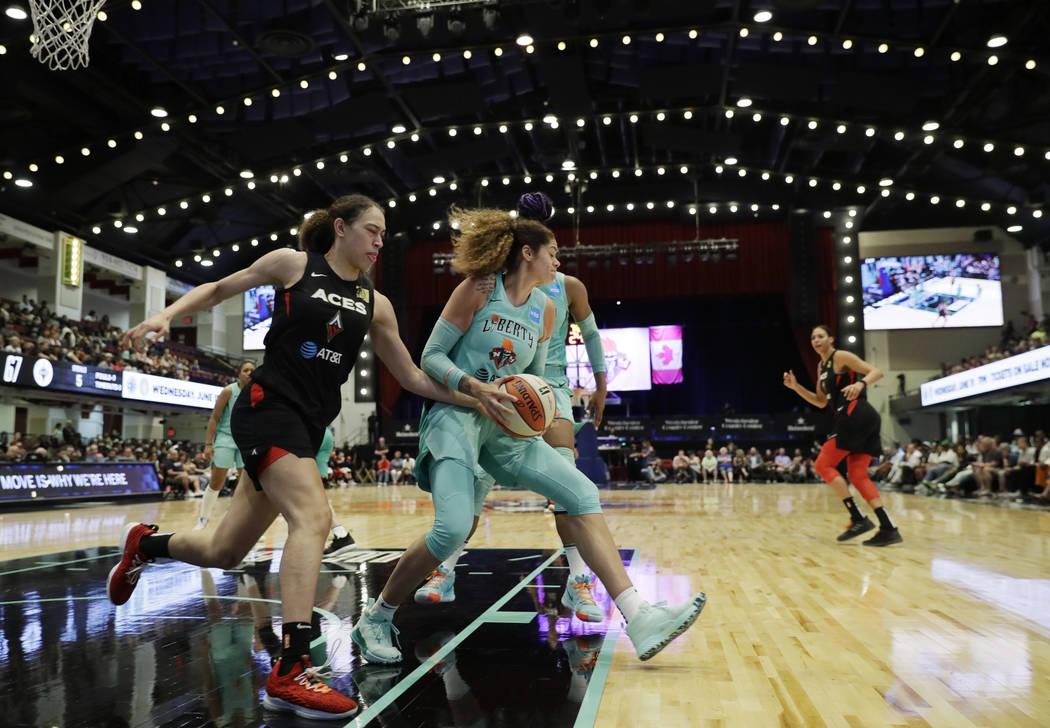 Amanda Zahui B, centro de Nueva York Liberty, de Suecia, derriba un rebote defensivo contra las ...