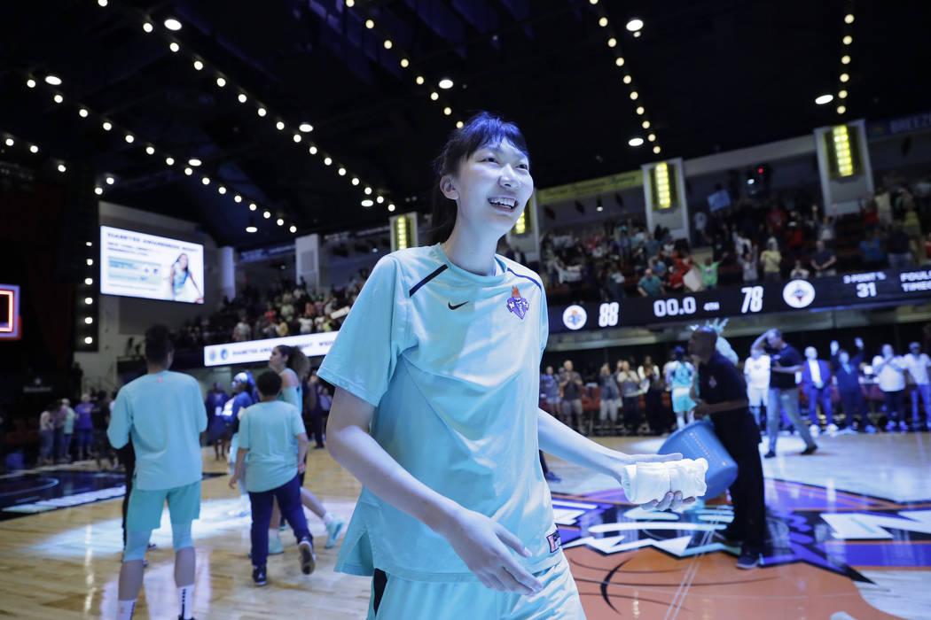 Han Xu, de China, de New York Liberty, se prepara para lanzar una toalla de recuerdo a los fans ...