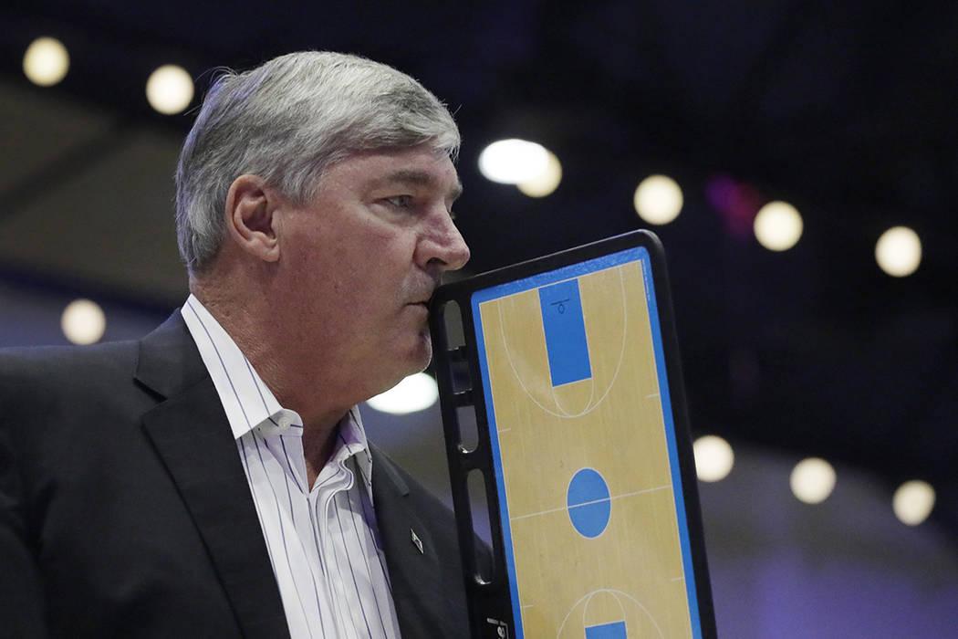 El entrenador en jefe de Las Vegas Aces, Bill Lambeer, considera una jugada durante un tiempo m ...