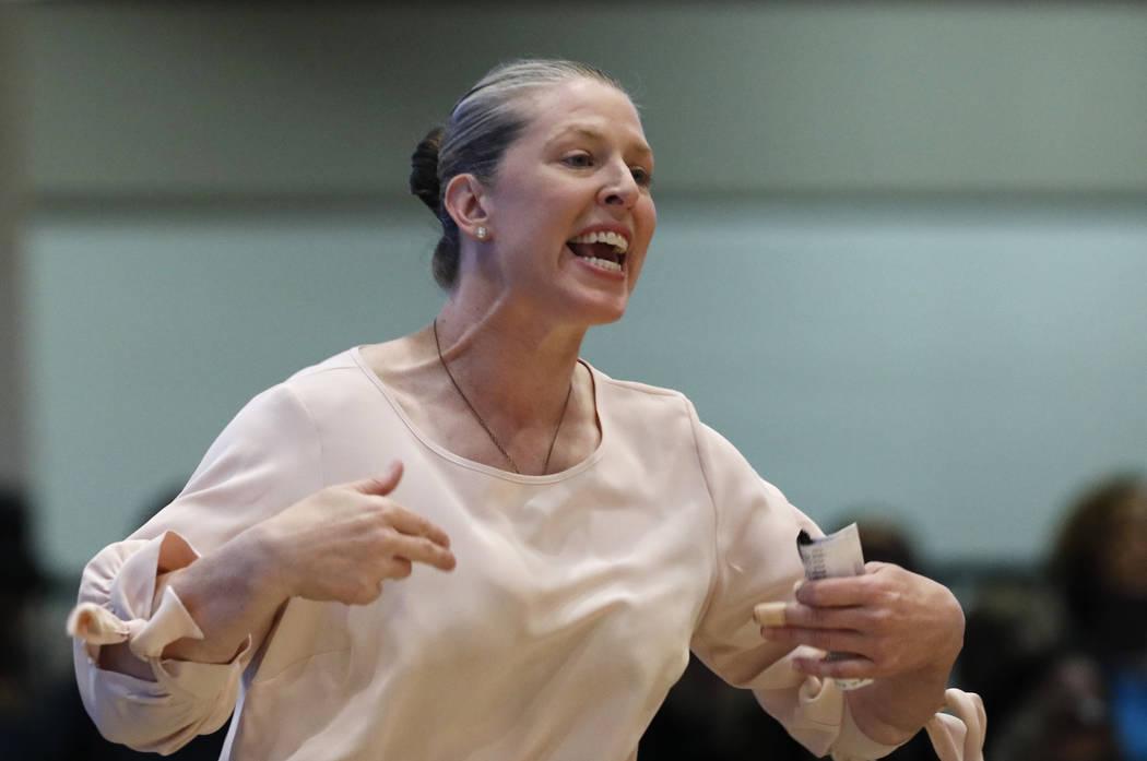 La entrenadora de New York Liberty grita durante la segunda mitad de un partido de baloncesto d ...