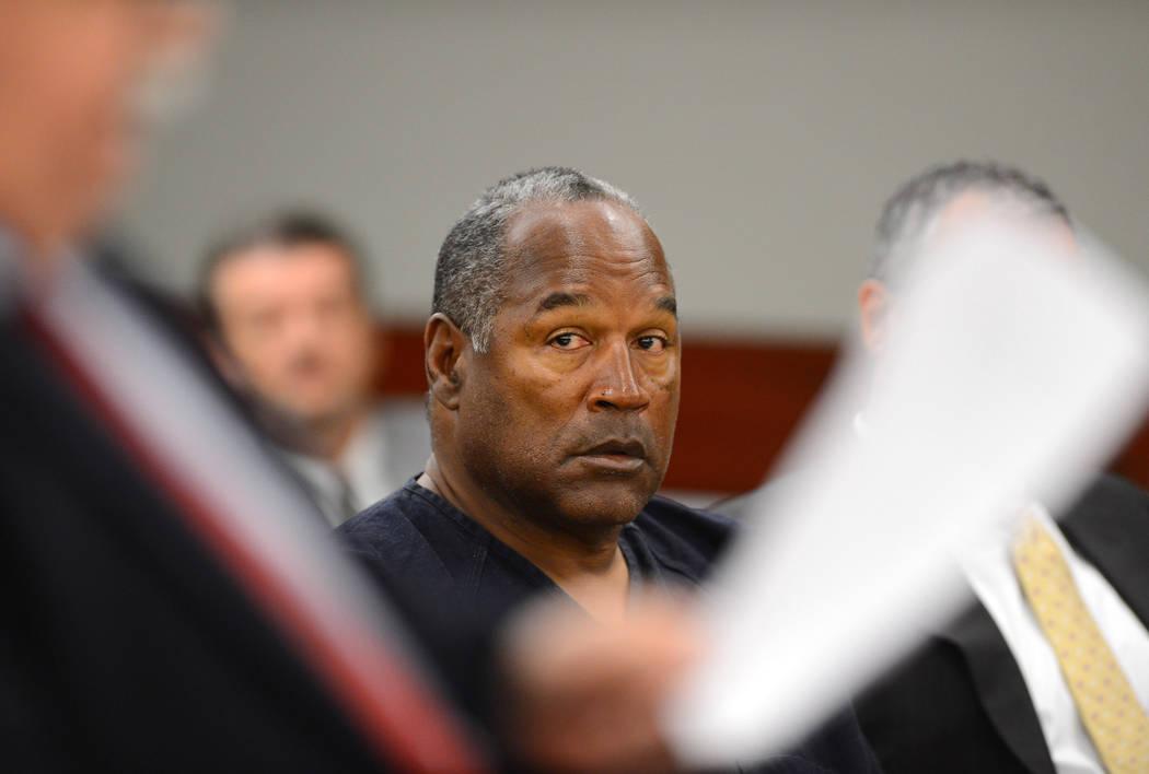 O.J. Simpson observa a su abogado Tom Pitaro durante una audiencia probatoria en el Tribunal de ...