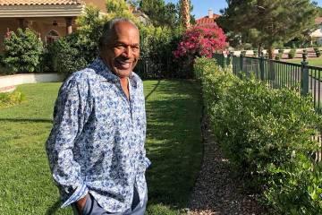 Esta foto proporcionada por Didier J. Fabien muestra a O.J. Simpson en el jardín de su hogar e ...
