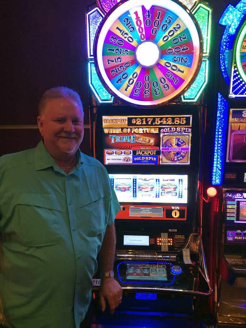 Ronnie Burnett de Midland, Texas, ganó $217,542.85 en la máquina Wheel of Fortune del Golden ...