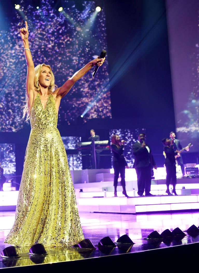 Celine Dion canta durante la presentación final de su residencia en Las Vegas en The Colosseum ...