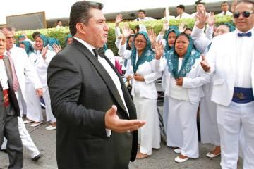 En esta foto del 14 de agosto de 2018, Naasón Joaquín García saluda a los miembros de su igl ...