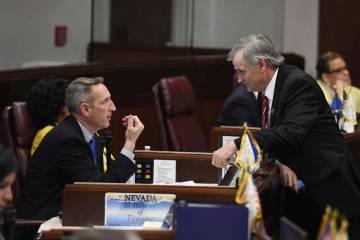 Los senadores de Nevada Scott Hammond, a la izquierda, y James Settelmeyer, conversaron durante ...