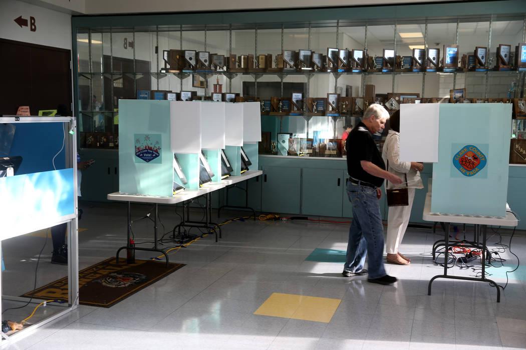 Andy y Terry Plourd, de Las Vegas, votan en las elecciones municipales en Bonanza High School e ...
