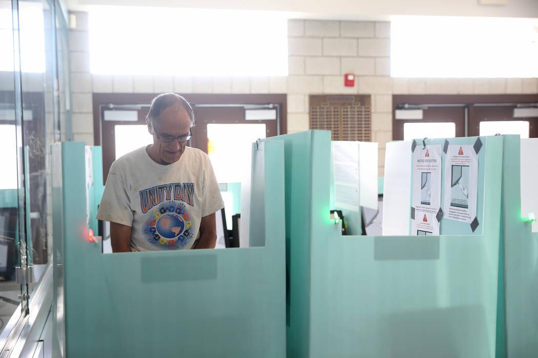 Kim Een de Las Vegas se registra para votar en las elecciones municipales en Bonanza High Schoo ...