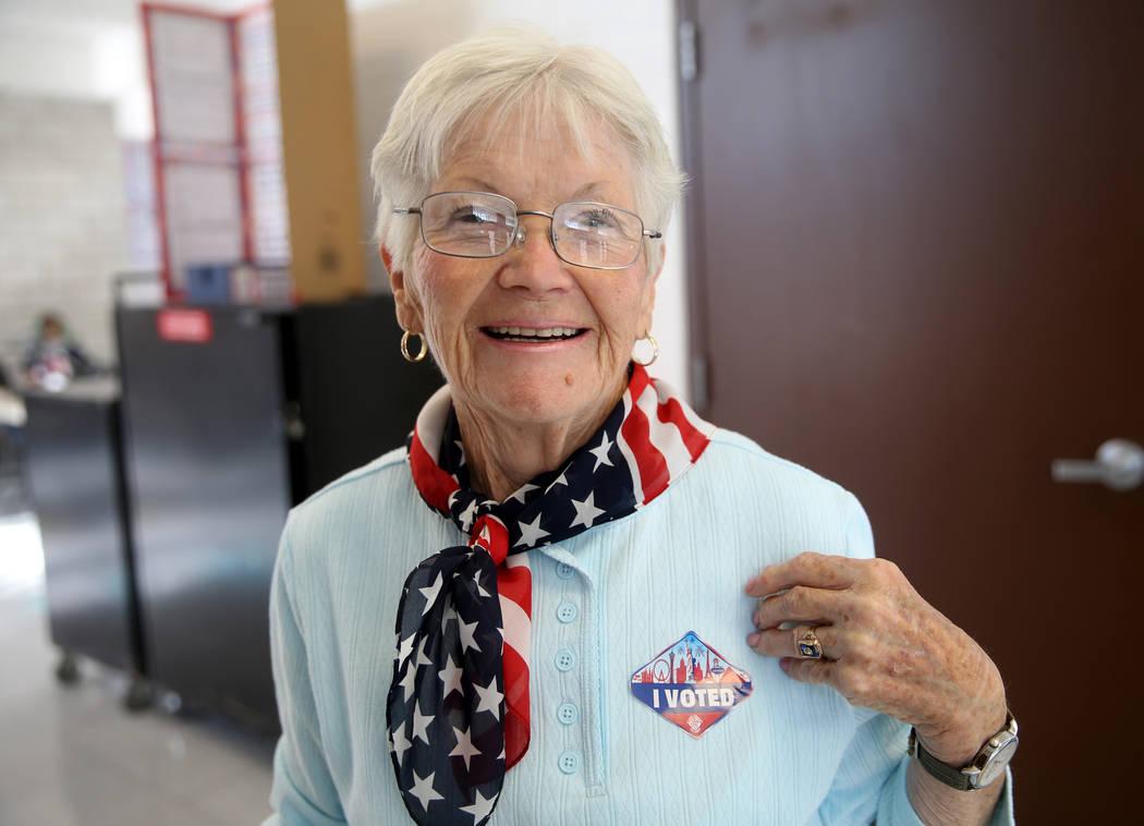 """Janice Jacobsen de Las Vegas lleva su calcomanía de """"VOTÉ"""" después de votar en las eleccione ..."""