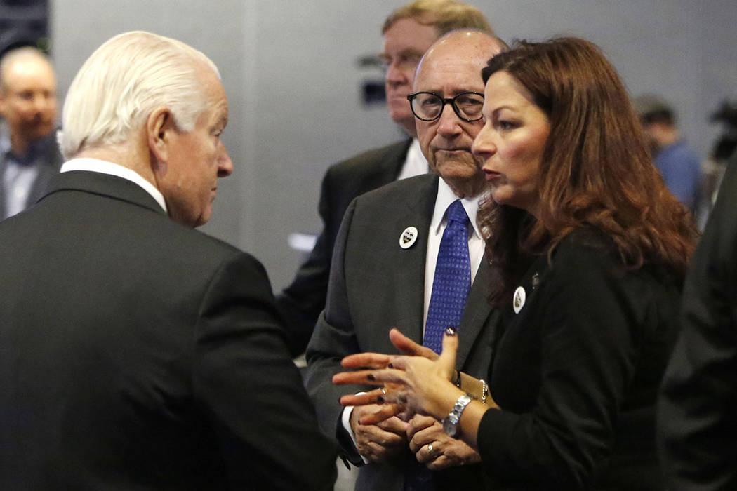 Roger Dow, a la izquierda, el presidente y director general de la Asociación de Viajes de EU, ...