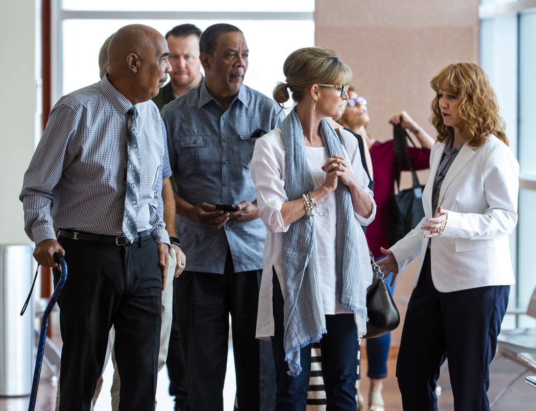 El demandante Germán Ortiz, a la izquierda, y su esposa, Ángela, a la derecha, conversan con ...