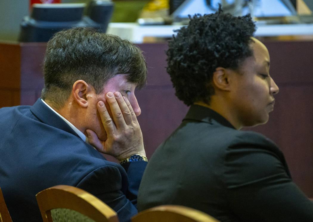 El doctor Mark Taylor escucha las declaraciones de apertura junto a su abogada Linda Rurangirwa ...