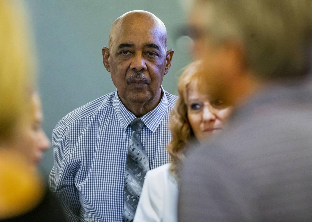 El demandante Germán Ortiz y su esposa, Ángela, comparecen mientras el jurado ingresa a la sa ...