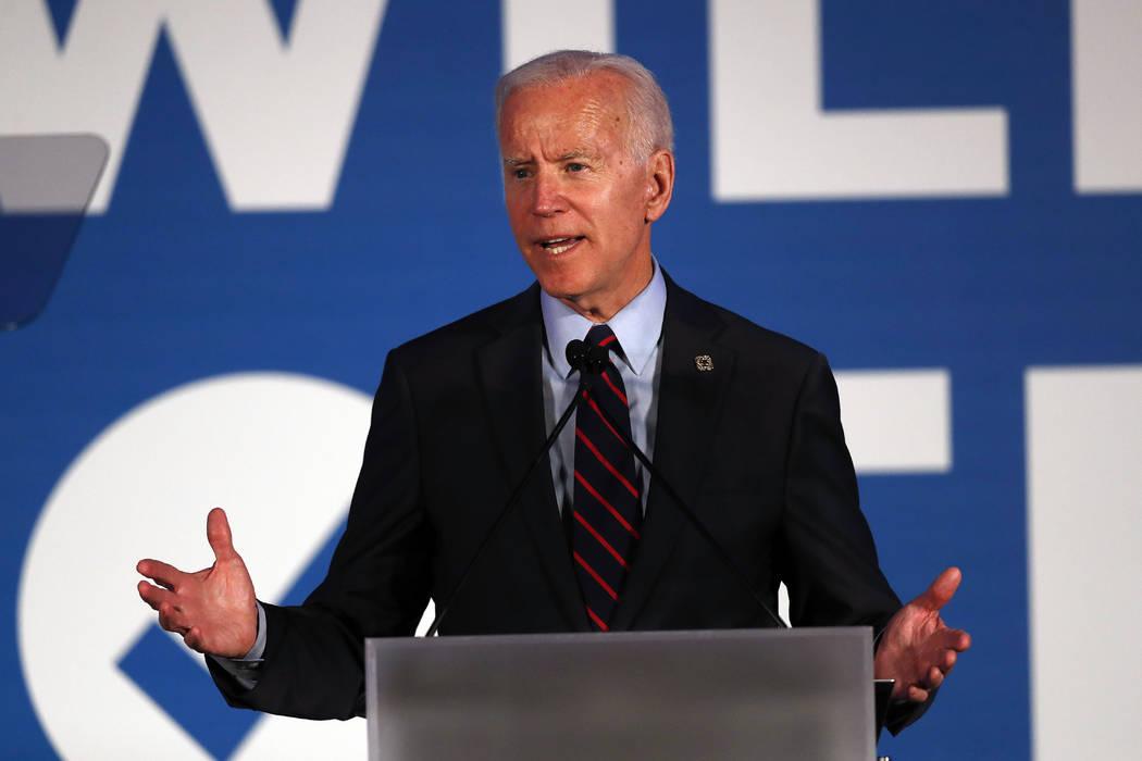 El candidato presidencial demócrata, el ex vicepresidente Joe Biden, habla durante la gala de ...