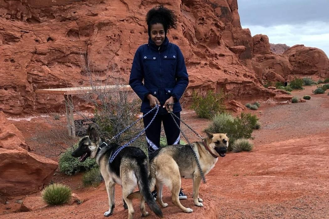 Inés Díaz se toma una foto con sus dos pastores alemanes, Tyger y Aria. (GoFundMe)